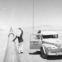 <p> Aramco dần tăng sản lượng dầu trong suốt những năm 1940, đạt mốc 500.000 thùng/ngày vào năm 1949. Khả năng xuất khẩu dầu mỏ của Saudi Arabia tăng mạnh vào năm 1951, sau khi nước này mở đường ống xuyên Arabia. Đường ống kéo dài hơn 1.200 km trên khắp vùng Vịnh, đưa dầu ra Địa Trung Hải và giảm đáng kể thời gian, công sức để đưa dầu lên tàu. Ảnh: <em>Saudi Aramco.</em></p>