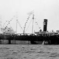 """<p class=""""Normal""""> Chỉ hơn một năm sau khi dầu được phát hiện, tàu chở dầu đầu tiên của Saudi Arabia, D. G Scofield, chuyển hàng ra nước ngoài. Ảnh:<em> Saudi Aramco.</em></p>"""