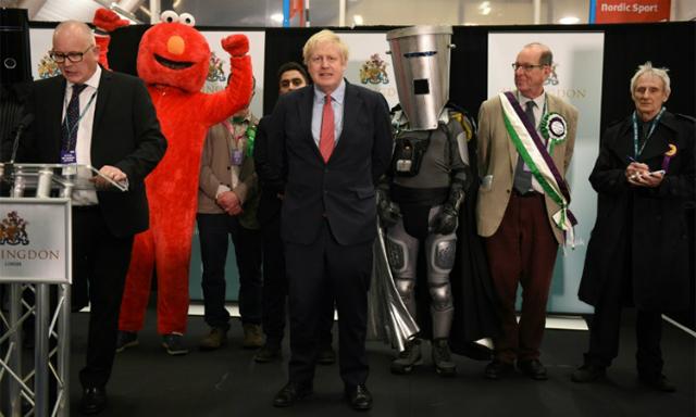 Thủ tướng Johnson (giữa) tại trung tâm kiểm phiếu ở Uxbridge, Anh ngày 13/12. Ảnh: Reuters.