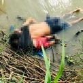 """<p class=""""Normal""""> Bức ảnh chụp thi thể của 2 người dân tị nạn từ El Salvador, gồm người cha là Oscar Alberto Martínez và cô con gái gần 2 tuổi, tại bờ sông Rio Grande gần Matamoros, Mexico vào ngày 24/6. Họ chết đuối khi đang cố qua sông để vượt biên vào Brownsville, Texas, Mỹ.<br /><br /><span>Cái chết của hai cha con người di cư buộc Ngoại trưởng El Salvador Alexandra Hill phải lên tiếng đề nghị người dân ở lại và hợp tác với chính phủ trong bối cảnh nhiều người tìm cách rời bỏ đất nước do khó khăn về kinh tế. Bức ảnh trên cũng trở thành biểu tượng của cuộc khủng hoảng di cư ở Trung Mỹ. Năm 2018, đã có 283 người chết dọc đường biên giới dài 2.000 dặm giữa Mỹ và Mexico. Ảnh: <em>Getty Images.</em></span></p>"""