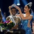 <p> Ngày 7/12, Zozibini Tunzi, Hoa hậu Nam Phi, trở thành Hoa hậu Hoàn vũ Thế giới năm 2019. Tại cuộc thi này, đại diện Việt Nam, Á hậu Hoàng Thùy, dừng chân ở top 20. Ảnh: <em>Reuters</em>.</p>