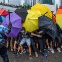 """<p class=""""Normal""""> Người biểu tình chống chính quyền Hong Kong đụng độ với cảnh sát vào ngày 1/7 trước lễ kỷ niệm ngày Hong Kong được Anh trao trả cho Trung Quốc. Biểu tình bùng nổ ở Hong Kong từ ngày 9/6 nhằm phản đối dự luật dẫn độ, cho phép đưa nghi phạm đến các khu vực tài phán mà đặc khu chưa ký hiệp ước dẫn độ, bao gồm cả Trung Quốc đại lục. Chính quyền Hong Kong sau đó buộc phải rút dự luật, nhưng vẫn không thể xoa dịu làn sóng biểu tình.<br /><br /><span>Tình hình ở đặc khu gần đây khá yên ắng sau khi phe dân chủ chiến thắng trong cuộc bầu cử hội đồng quận hôm 24/11, giành 90% trong tổng số 452 ghế. Đồng thời, Tổng thống Donald Trump ngày 26/11 cũng ký ban hành hai luật về Hong Kong, mở đường cho việc trừng phạt ngoại giao và kinh tế với chính quyền đặc khu này nếu họ mạnh tay với người biểu tình. Ảnh: </span><em>New York Times. </em></p>"""