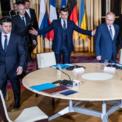 <p> Tổng thống Pháp Emmanuel Macron chào đón Tổng thống Ukraine Volodymyr Zelensky (trái) và Tổng thống Nga Vladimir Putin (phải) tới buổi đàm phán ở Paris vào ngày 9/12. Sau 5 tiếng rưỡi đàm phán cùng với Thủ tướng Đức Angela Merkel, Ukraine và Nga nhất trí khôi phục lại tiến trình hòa bình đối với cuộc xung đột ly khai ở miền Đông Ukraine. Đồng thời, hai nhà lãnh đạo cũng đồng ý trao đổi tất cả tù nhân. Ảnh: <em>AP</em>.</p>
