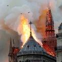 """<p class=""""Normal""""> Khói và lửa bốc lên từ Nhà thờ Đức Bà Paris vào ngày 15/4. Trận hỏa hoạn đã phá hủy kiến trúc 850 tuổi, mang tính biểu tượng của nước Pháp. Thời điểm xảy ra vụ cháy, tháp cao của Nhà thờ Đức Bà Paris đang trong thời gian tiến hành trùng tu với ngân sách 6 triệu euro.<br /><br /><span>Tính đến giữa tháng 10, đã có 922 triệu euro (hơn 1 tỷ USD) được quyên góp và cam kết quyên góp nhằm xây dựng lại công trình kiến trúc này. Kiến trúc sư Philippe Villeneuve, người phụ trách công tác phục dựng nhà thời, khẳng định việc xây dựng lại có thể hoàn tất trong 5 năm, nếu chỉ tái hiện lại như nguyên mẫu. Ảnh: <em>Getty Images.</em></span></p>"""