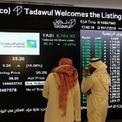 """<p class=""""Normal""""> Các nhà đầu tư đứng trước bảng điện tử tại Sàn giao dịch Chứng khoán Arab Saudi trong phiên giao dịch đầu tiên của Tập đoàn Dầu khí Quốc gia Saudi Aramco. Trong phiên chào sàn, cổ phiếu Aramco tăng kịch trần 10%, đạt 35,2 riyal/cổ phiếu. Mức tăng này được duy trì cho tới khi thị trường đóng cửa, đưa vốn hóa của tập đoàn vượt ngưỡng 2.000 tỷ USD, đánh dấu lần đầu tiên trên thế giới có một công ty đại chúng đạt mức vốn hóa như vậy.<br /><br /><span>Tuy nhiên, báo cáo của Bernstein nhận định rằng cổ phiếu Aramco nên được định giá thấp hơn, thay vì cao như hiện nay, trong tương quan so sánh với cổ phiếu của các hãng dầu lửa quốc tế khác, vì cổ phiếu này có một rủi ro lớn nằm ở việc Chính phủ Saudi Arabia ở hữu hơn 98% Aramco. Ngoài ra, những dự báo ảm đạm về giá dầu cũng khiến giới quan sát hoài nghi về giá trị của Aramco. Ảnh: <em>Reuters</em>.</span></p>"""