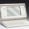 """<p class=""""Normal""""> <strong>10.<span> </span>Macintosh Portable (1989): 7.300 USD</strong></p> <p class=""""Normal""""> Vào tháng 9/1989, Apple ra mắt chiếc máy tính di động đầu tiên của hãng. Chiếc máy tính xách tay này dù không cần cắm dây để hoạt động nhưng vẫn có trọng lượng lên tới hơn 7 kg. Thiết bị có giá 7.300 USD, tương đương khoảng 14.300 USD ngày nay. (Ảnh: <em>Getty Images</em>)</p>"""