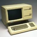 """<p class=""""Normal""""> <strong>5.<span> </span>Apple Lisa (1983): 9.995 USD</strong></p> <p class=""""Normal""""> Nếu từng xem bộ phim """"Steve Jobs"""" năm 2015 của Aaron Sorkin, bạn có thể biết đến Lisa của Apple. Jobs, do Michael Fassbender thủ vai, dành phần lớn bộ phim nói rằng máy tính không được đặt theo tên con gái Lisa của ông, nhưng đến cuối cùng phải thừa nhận đó là sự thật.</p> <p class=""""Normal""""> Năm 1983, Apple lần đầu phát hành Lisa với giá bán 9.995 USD, tương đương khoảng 24.000 USD ngày nay. Đây là một trong những chiếc máy tính cá nhân đầu tiên có giao diện đồ họa cho người dùng.<span>(Ảnh: <em>Getty Images</em>)</span></p>"""