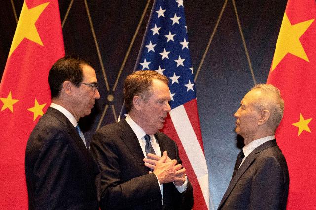 Từ trái sang, Bộ trưởng Tài chính Mỹ Steven Mnuchin, Đại diện thương mại Mỹ Robert Lighthizer và Phó thủ tướng Trung Quốc Lưu Hạc. Ảnh: Reuters.