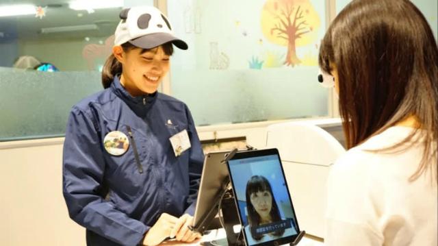 Các du khách có thể mua kẹo cao su tại cửa hàng với khuôn mặt của họ. Ảnh: Nikkei.