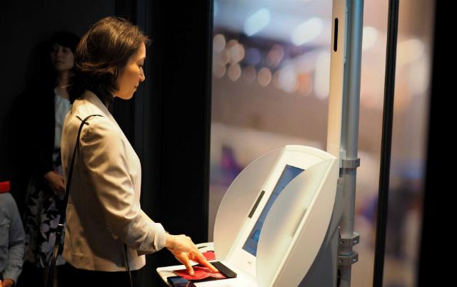 Hành khách sử dụng công nghệ nhận diện khuôn mặt