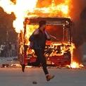 <p> Một người đàn ông chạy ngang qua chiếc xe bus bị người biểu tình đốt cháy ở New Delhi, Ấn Độ vào ngày 15/12. Làn sóng biểu tình nổ ra tại ít nhất 15 thành phố lớn trên khắp Ấn Độ sau khi hai viện quốc hội nước này thông qua Dự luật Công dân Sửa đổi. Dự luật này sẽ cấp quyền công dân Ấn Độ cho những người tị nạn không phải Hồi giáo đến từ 3 nước Pakistan, Afghanistan và Bangladesh.<br /><br /> Người biểu tình cho rằng dự luật là vi hiến vì hiến pháp Ấn Độ quy định mọi người, mọi sắc tộc và tôn giáo đều bình đẳng. Làn sóng biểu tình tiếp tục dâng cao khi Tòa án tối cao của Ấn Độ ngày 18/12 bác bỏ khả năng dừng việc thực thi đạo luật mới. Ảnh: <em>Reuters</em>.</p>