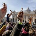 <p> Mọi người giơ cao tượng Chúa Jesus lúc còn bé khi Đức giáo hoàng Pope Francis chủ trì lễ cầu nguyện ở Tòa thánh Vatican vào ngày 15/12, trước khi mùa lễ Giáng Sinh bắt đầu. Hiện nay, không khí Giáng Sinh đã tràn ngập ở khắp nơi trên thế giới. Ảnh: <em>Shutterstock</em>.</p>