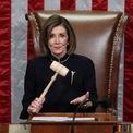 """<p class=""""Normal""""> Chủ tịch Hạ viện Mỹ Nancy Pelosi chủ trì phiên bỏ phiếu về 2 luận điểm luận tội Tổng thống Donald Trump. Đối với cáo buộc ông Trump lạm quyền khi tìm cách gây áp lực để Ukraine điều tra đối thủ chính trị Joe Biden, kết quả bỏ phiếu cho thấy có 230 phiếu thuận và 197 phiếu chống. Đối với cáo buộc ông Trump cản trở quốc hội, có 229 phiếu thuận - 198 phiếu chống. Theo đó, Hạ viện Mỹ thông qua 2 luận điểm này và ông Trump trở thành tổng thống Mỹ thứ 3 bị luận tội trong lịch sử.<br /><br /><span>Phát biểu ngay sau khi Hạ viện kết thúc bỏ phiếu, bà Pelosi nói 18/12 là một ngày tuyệt vời cho Hiến pháp nhưng là một ngày buồn cho nước Mỹ. Ảnh: <em>Reuters</em>.</span></p>"""