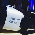 """<p class=""""Normal""""> <strong>Samsung Gear VR (2015)</strong></p> <p class=""""Normal""""> Trước khi Oculis và HTC phần nào giúp xóa nhòa đi những ký ức đau thương về các sản phẩm thực tế ảo đời đầu như Nitendo's Vitual Boy, Samsung đã tiến hành sản xuất hàng loạt sản phẩm Gear VR. Đây là một giải pháp đơn giản sở hữu một màn hình kết nối với một thiết bị điện thoại thông minh với một hệ thống âm thanh trọng lượng nhẹ. Điều đặc biệt là thiết bị này hầu như không sử dụng hệ thống dây dẫn.</p> <p class=""""Normal""""> Nhưng sau nhiều năm, Gear VR đã không có quá nhiều sự thay đổi, cải tiến, và với sự ra đời của các thiết bị như Oculus Quest, Gear VR hầu như không còn lý do để tồn tại. Với sản phẩm mới nhất của mình - Galaxy Note 10, không có chức năng hỗ trợ Gear VR, giường như Samsung đã chấp nhận buông bỏ sản phẩm này.</p>"""