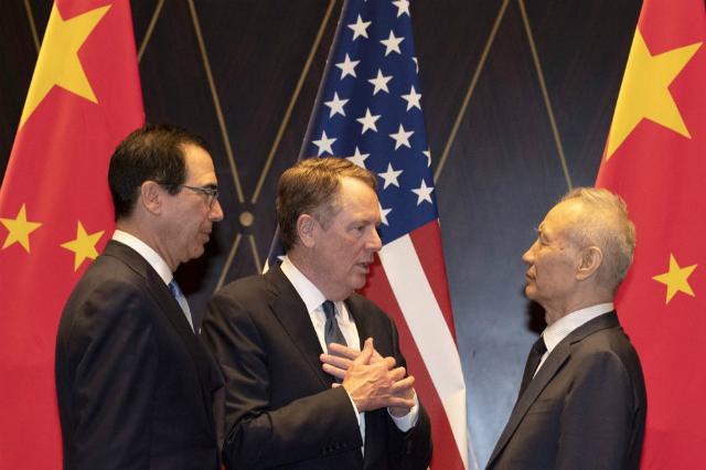 Từ trái sang, Bộ trưởng Tài chính Mỹ Steven Mnuchin, đại diện thương mại Mỹ Robert Lighthizer và Phó thủ tướng Trung Quốc Lưu Hạc. Ảnh: Bloomberg.
