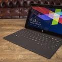 """<p class=""""Normal""""> <strong>Microsoft Surface RT (2012)</strong></p> <p class=""""Normal""""> Thật ngạc nhiên khi dòng sản phẩm Surface Laptop của Microsoft đã tạo được tiếng vang lớn trên thị trường khi mà sản phẩm Surface RT, ra đời vào năm 2012, quả thực là một thảm họa. Không chỉ chạy hệ điều hành Window 8, một hệ điều hành nhận rất nhiều chỉ trích từ phía người dùng, sản phẩm máy tính này còn được trang bị một hệ điều hành riêng biệt có tên Window RT (chạy trên nền tảng Window 8) buộc người dùng phải sử dụng Window Store nếu như họ muốn tải bất cứ một phần mềm nào. Surface RT sử dụng chip Nvidia Tagra 3, có tốc độ xử lý rất chậm so với các sản phẩm khác. Cảm giác gõ phím mà sản phẩm này mang lại cũng chưa khiến người sử dụng hài lòng. Trải nghiệm trên dòng máy này là đáng thất vọng.</p> <p class=""""Normal""""> Microsoft sau đó đã phải chấp nhận sự thất bại của dòng Surface RT, nhưng """"sự cố"""" này chưa quá nghiêm trọng để công ty từ bỏ tham vọng sản xuất các dòng máy tính cá nhân của mình. Cuối cùng thì, các dòng sản phẩm như Surface Pro 3 đã hoàn toàn thuyết phục được khách hàng, khiến người tiêu dùng có thêm niềm tin vì Microsoft hoàn toàn có thể cho ra đời các sản phẩm đáp ứng được yêu cầu khắt khe của họ.</p>"""