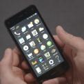 """<p class=""""Normal""""> <strong>Amazon Fire Phone (2014)</strong></p> <p class=""""Normal""""> Nhiều người nghĩ rằng tham vọng sản xuất ra các sản phẩm phần cứng của Amazon là không thể dừng lại sau khi đã đạt được những thành công ngoài mong đợi với các sản phẩm như Kindle và Echo. Đó cũng chính là nguyên nhân khiến công ty này cho ra đời Fire Phone. Jeff Bezos đã """"tâng bốc"""" sản phẩm của mình là """"lộng lẫy"""" và """"sang trọng"""", nhưng thực tế lại chứng minh hoàn toàn ngược lại khi Amazon đã phải chính thức ngừng chào bán sản phẩm này trong chưa đầy một năm sau khi ra mắt.</p> <p class=""""Normal""""> Các phần mềm thật khó để có thể sử dụng. Thiết kế kỳ lạ của cụm camera ở mặt trước, nhằm tạo ra những bức ảnh có hiệu ứng 3D, lai khiến người dùng cảm thấy quá """"cường điệu"""". Sau thất bại đó, Amazon chưa một lần nào có ý định sản xuất thêm một mẫu điện thoại nào nữa.</p>"""