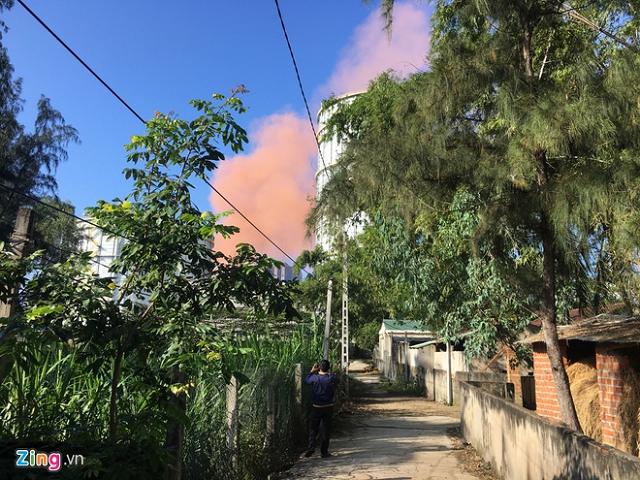 Cột khói màu hồng bất thường ở nhà máy thép Hòa Phát Dung Quất