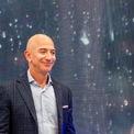 """<p class=""""Normal""""> <strong>2.<span> </span>Jeff Bezos</strong></p> <p class=""""Normal""""> Thay đổi tài sản: -13,1 tỷ USD</p> <p class=""""Normal""""> Tài sản tính đến ngày 13/12: 109,7 tỷ USD</p> <p class=""""Normal""""> Đầu năm 2019, Jeff Bezos và vợ MacKenzie tuyên bố ly hôn sau 25 năm chung sống. Là một phần của thỏa thuận ly hôn, người sáng lập và CEO Amazon, Bezos đã chuyển 25% cổ phần của ông trong công ty cho MacKenzie – người hiện sở hữu khoảng 4% cổ phần của gã khổng lồ thương mại điện tử. Sau khi việc chuyển nhượng hoàn tất vào tháng 7, Forbes tính toán rằng giá trị tài sản ròng của Bezos đã giảm 36,8 tỷ USD. Sau đó, nhờ giá cổ phiếu Amazon đi lên, tài sản của Bezos đã tăng trở lại. (Ảnh: <em>Getty Images</em>)</p>"""