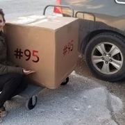 Tỷ phú Bill Gates làm 'ông già Noel' tặng hộp quà nặng 36kg