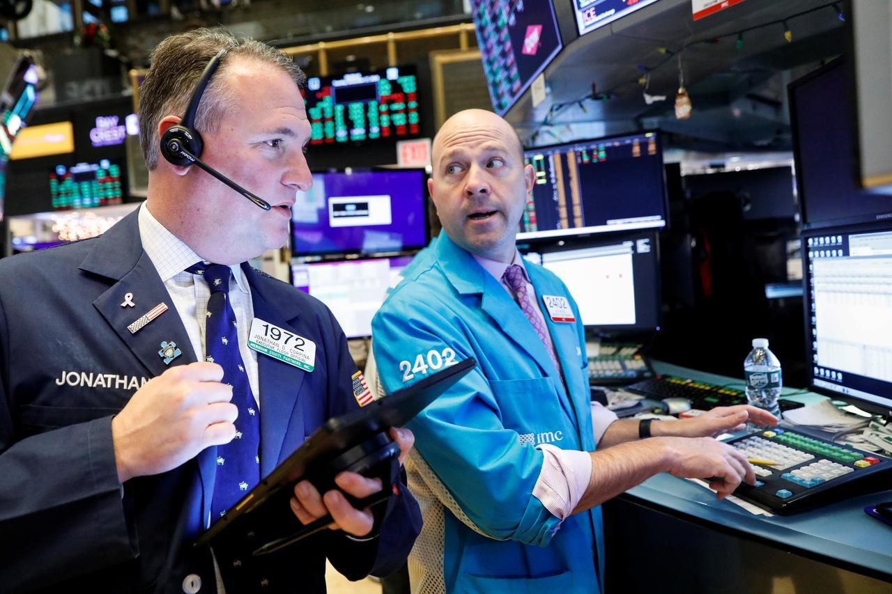 Dow Jones, S&P 500 nhích lên đỉnh mới, Nasdaq kết thúc đợt tăng hơn 10 ngày