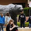 <p> Kalanick lớn lên ở khu dân cư có thu nhập trung bình ở Los Angeles, Northridge, với mơ ước trở thành một điệp viên. Kalanick học tại trường đại học UCLA nhưng không tốt nghiệp do ông bỏ học giữa chừng để cùng thành lập ra Scour, một công cụ tìm kiếm ngang hàng. Ảnh: <em>Getty Images.</em></p>