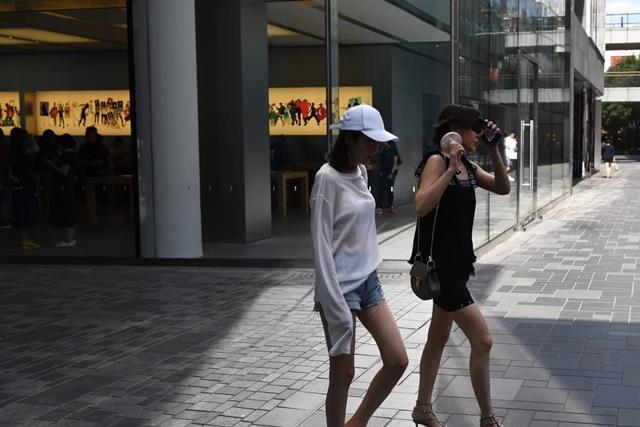 Người tiêu dùng trẻ được cho là cứu cánh cho GDP của Trung Quốc. Ảnh: AFP.