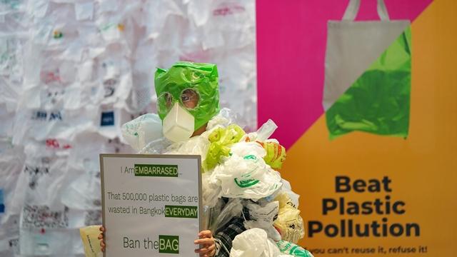 Một nhà vận động Thái Lan kêu gọi cấm sử dụng túi nhựa. Ảnh: Reuters.