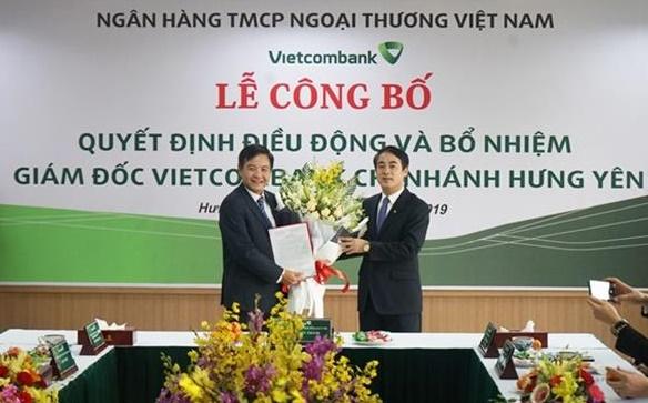 Ông Nghiêm Xuân Thành - Chủ tịch HĐQT (bên phải) trao quyết định điều động và bổ nhiệm ông Trần Mạnh Hùng giữ chức vụ Giám đốc Vietcombank Hưng Yên