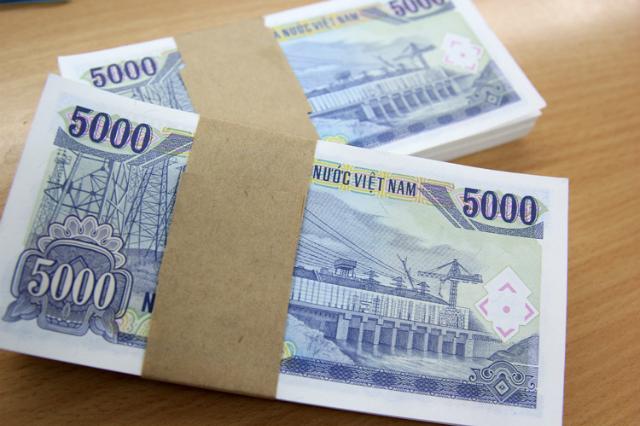 Tiền mệnh giá nhỏ như 5.000 đồng sẽ không được in mới trong dịp Tết Canh Tý. Ảnh: Anh Tú.