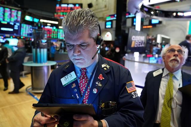 Nhiều nhà đầu tư tranh thủ chốt lời sau đợt tăng gần đây của Phố Wall. Ảnh: Reuters.