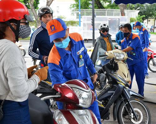 Giá xăng tăng hơn 100 đồng, dầu tăng hơn 500 đồng