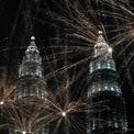 <p> Tòa tháp đôi Petronas tại thủ đô Kuala Lumpur mờ ảo trong màn bắn pháo hoa đón năm 2020. Ảnh: <em>Reuters</em>.</p>
