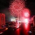 <p> Thành phố Bangkok, Thái Lan đỏ rực trong phút giao thừa. Ảnh: <em>Reuters</em>.</p>