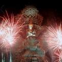 <p> Pháo hoa được bắn tại khu vực tượng Garuda Wisnu Kencana, Bali, Indonesia. Ảnh: <em>Reuters</em>.</p>