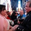 <p> Hàng trăm nghìn người đổ về Quảng trường Thời đại, New York để đón năm mới 2020, an ninh trong khu vực được thắt chặt. Carmen và John Bill, người Canada, tranh thủ làm lễ cưới trước khi tới lễ giao thừa.Ảnh: <em>Reuters</em>.</p>