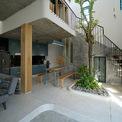 <p> Để đảm bảo cho sự tiện nghi của công trình này, kiến trúc sư đã tạo các khối vuông bên trong và các không gian thông thuỷ phụ trợ, việc này cũng đảm bảo toàn bộ ngôi nhà đón được nắng và gió.</p>