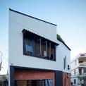 <p> Ngôi nhà được xây dựng trên mảnh đất xéo, diện tích nhỏ. Mặt tiền và các hông nhà được bố trí nhiều cửa sổ nhỏ.</p>