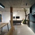 <p> Tầng 1 gồm phòng khách và bếp. Không gian được thiết kế và bài trí đơn giản.</p>