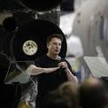 """<p class=""""Normal""""> <strong>7+8: SpaceX và Tesla</strong></p> <p class=""""Normal""""> Hai công ty của Elon Musk đều ra đời với tham vọng thay đổi cuộc chơi nhưng lựa chọn những con đường phát triển khác nhau. Trong khi Tesla bắt đầu thập kỷ vừa qua bằng cách niêm yết trên sàn chứng khoán, Space X trở thành công ty tư nhân đầu tiên phóng thành công một tàu không gian lên quỹ đạo và sau đó trở lại mặt đất an toàn vào năm 2010. (Ảnh: <em>Bloomberg</em>)</p>"""