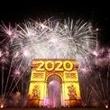 """<p class=""""Normal""""> Pháo hoa thắp sáng bầu trời tại Khải Hoàn Môn trong đem giao thừa tại Paris, Pháp. Ảnh: <em>Reuters</em>.</p>"""