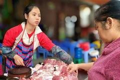 Giá giảm, thịt heo tại chợ vẫn ế