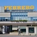 <p> Cả vị tỷ phú lẫn tập đoàn Ferrero đều rất kín tiếng trước công chúng. Năm 2011, họ lần đầu cho phép các nhà báo đi thăm nhà máy sản xuất bánh kẹo của mình sau hơn 65 năm. Tập đoàn này sợ các đối thủ cạnh tranh sẽ sao chép các công thức chế tạo sản phẩm của Ferrero. Ảnh: <em>Getty.</em></p>