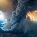 <p> Cột khói khổng lồ từ đám cháy ở Đông Gippsland, bang Victoria vào ngày 2/1. Ảnh: <em>AP</em>.</p>
