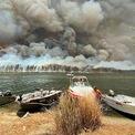 <p> Cảnh tượng cháy rừng ở hồ Conjola nhìn từ bên này hồ vào ngày 2/1. Ảnh: <em>AP</em>.</p>