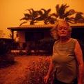 <p> Vợ chồng nhà Allen đứng bên ngoài căn nhà ở Nowra, New South Wales vào ngày 4/1. Từ khi xảy ra cháy rừng, bầu trời tại bang này lúc nào cũng đỏ rực và đầy tro bụi. Ảnh: <em>Reuters</em>.</p>