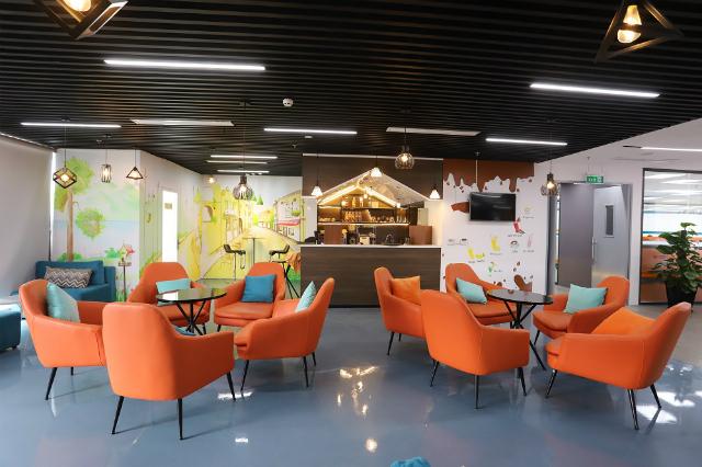 """Văn phòng """"như mơ"""" tại CenHomes hội tụ đủ 3 tiêu chí: Không gian rộng, thiết kế thông minh, sắp đặt hoàn hảo. Ngoài sự kết hợp màu sắc hài hòa, bố trí nội thất, đồ dùng hợp lý, khu vực đọc sách, café,… được bố trí xuyên suốt văn phòng mang đến trải nghiệm về sự giải trí và thư giãn tốt nhất cho người làm."""