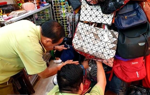 Hàng trăm túi xách Chanel, LV, Gucci giả bị thu giữ tại Saigon Square và Lucky Plaza