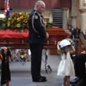 """<p class=""""Normal""""> Quang cảnh lễ tang của anh Andrew O'Dwyer, 36 tuổi, một tình nguyện viên bị thiệt mạng khi tham gia cứu hỏa tại các đám cháy rừng tại Australia. Trong lễ tang, cô con gái Charlotte của anh dường như không biết về sự ra đi của anh Andrew nên vẫn vui vẻ và nghịch ngợm đội mũ của cha mình. Cảnh tượng này khiến nhiều người tham gia lễ tang càng thương tiếc cho sự ra đi của Andrew. Ảnh: <em>Getty Images.</em></p>"""