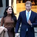 """<p class=""""Normal""""> Ngày 7/1, Hoàng tử Harry và vợ, Công tước xứ Sussex, bất ngờ thông báo từ bỏ cuộc sống hoàng gia. Nguyên nhân là vợ chồng hoàng tử muốn phát triển nguồn """"thu nhập chuyên nghiệp"""" và gây dựng """"sự độc lập tài chính"""" cho riêng mình.Thông báo được đưa ra trên tài khoản Instagram chính thức của cặp đôi nổi tiếng nhất nhì Hoàng gia Anh.<br /><br /><span>Trên thực tế, Công nương Meghan Markle và Hoàng tử Harry vốn là các triệu phú USD từ nguồn tài chính độc lập. Tuy nhiên, không được phép ra ngoài và kinh doanh riêng do tư cách thành viên Hoàng gia. Ảnh: <em>Getty Images.</em></span></p>"""